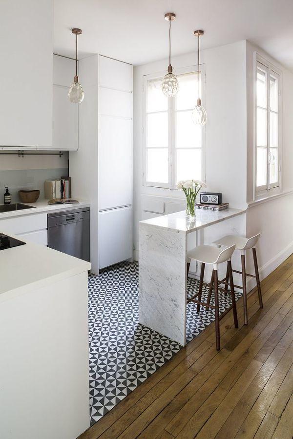 Cocina con piso de azulejos vinílicos blanco y negro