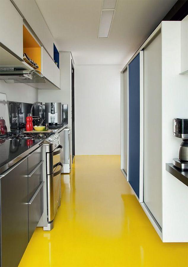 Cocina con piso de resina epóxica amarillo