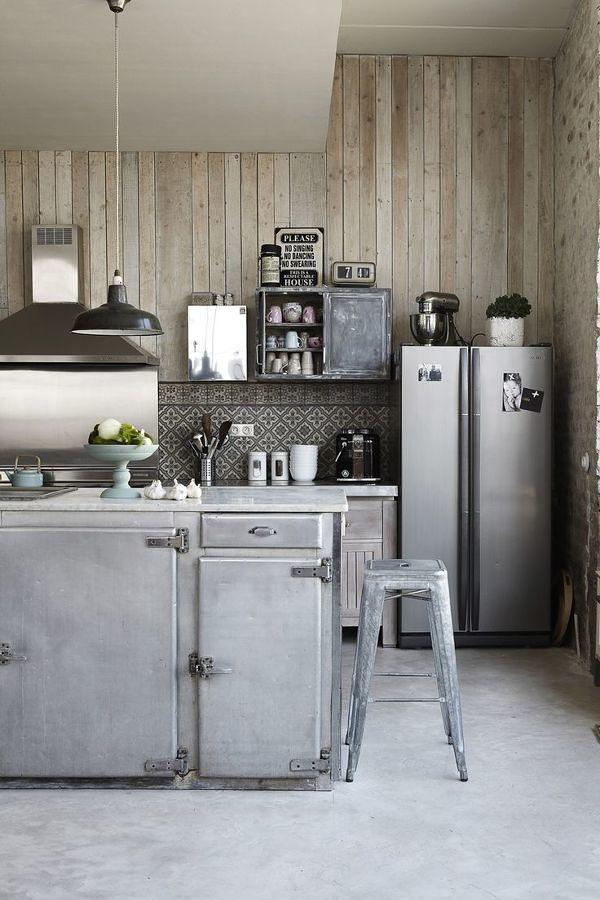 Cocina vintage con piso de caucho y paredes de madera