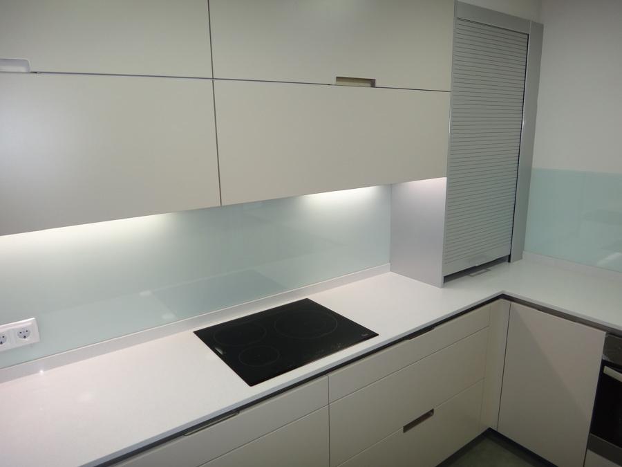 Cocina con vidrio a la vista