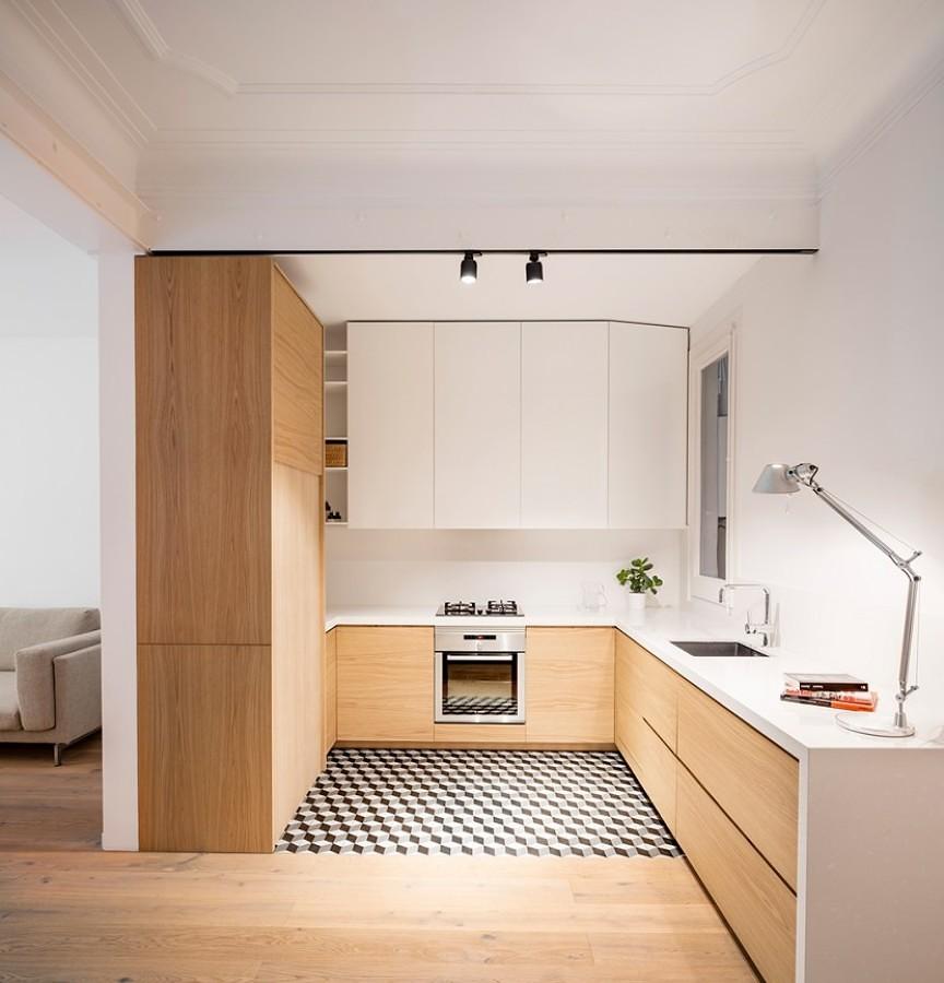 Cocina ordenada con mobiliario de madera