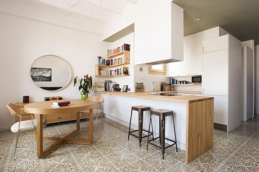 Foto cocina abierta a la sala con tablaroca y madera - Cocinas pequenas abiertas al salon ...
