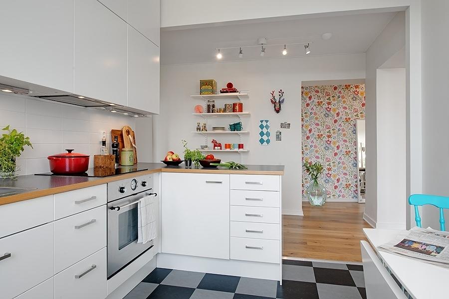Cocina abierta con mesa plegable para comer