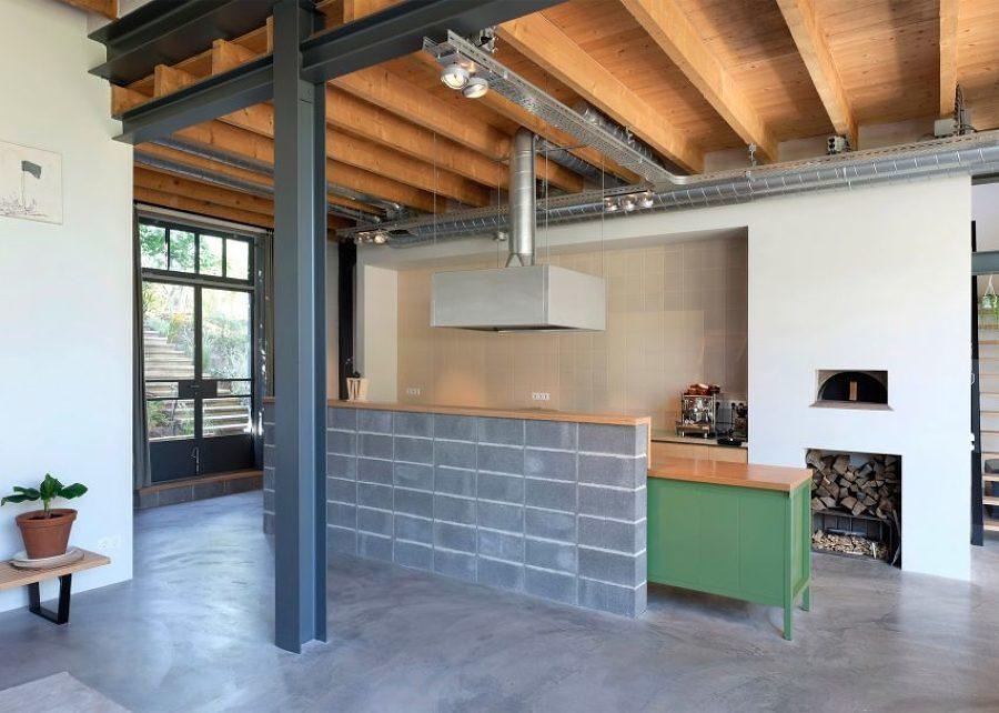 Cocina abierta con vigas de madera en espacio luminoso