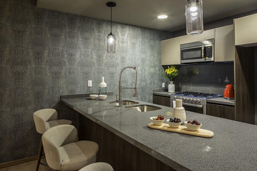Cocina acabado nogal con cubierta de granito