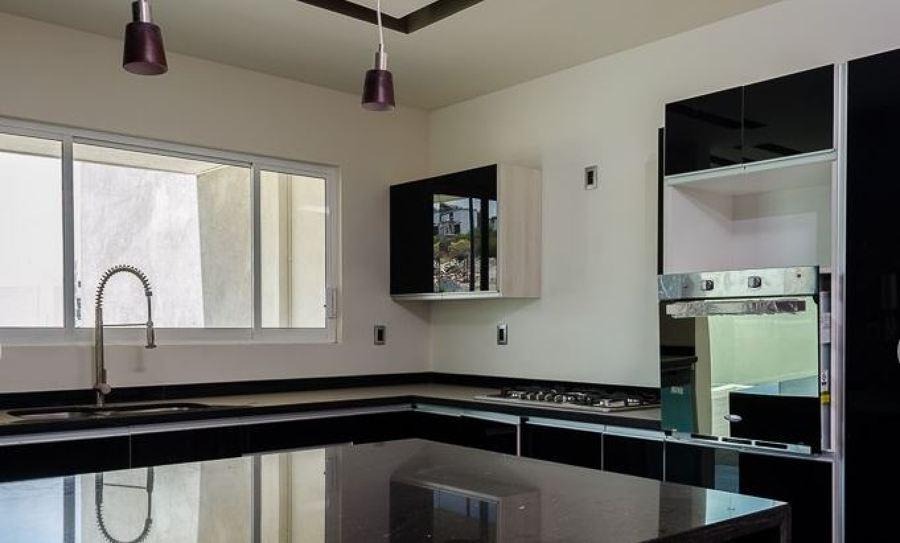 Foto cocina al alto brillo con cubierta de granito negro for Cocinas con granito negro