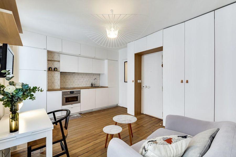 Cocina pequeña con muebles blancos