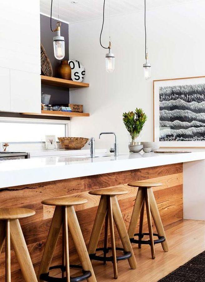 Barra de cocina blanca con madera