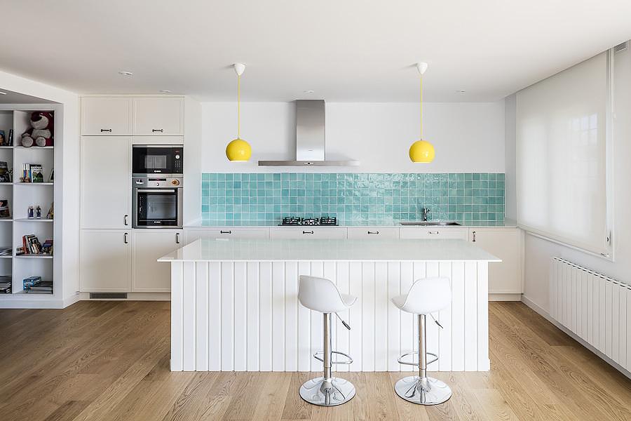 Foto: Cocina Blanca con Azulejos Azules #157572 - Habitissimo