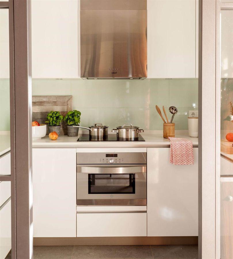 Cocina blanca con azulejos de color