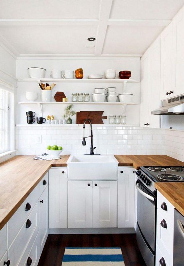 Cocina blanca con repisas en la pared