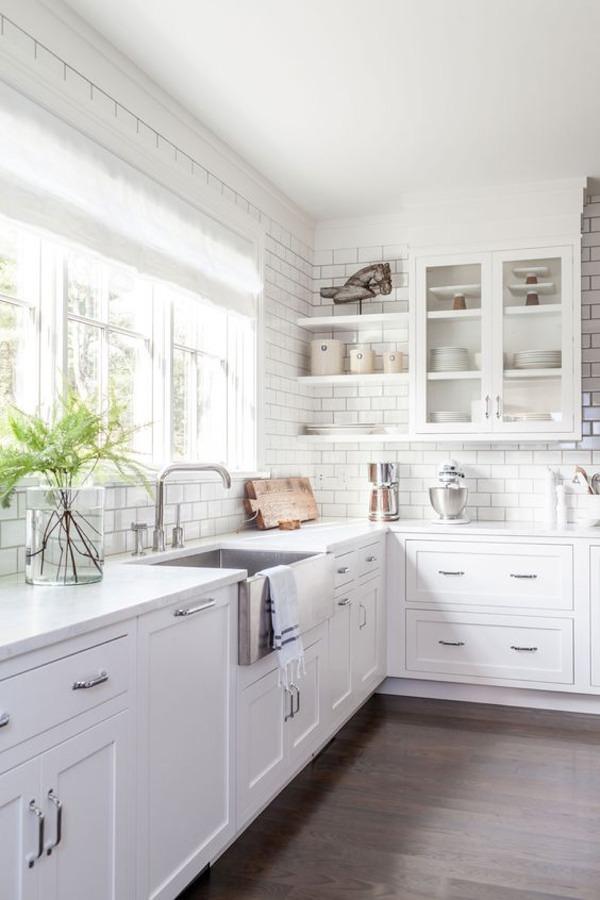 Cocina blanca con ladrillo estilo metro