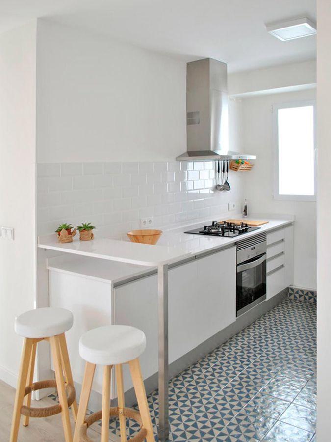 Cocina blanca con ladrillo metro