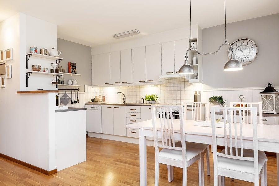 Cocina blanca con mesa para comer