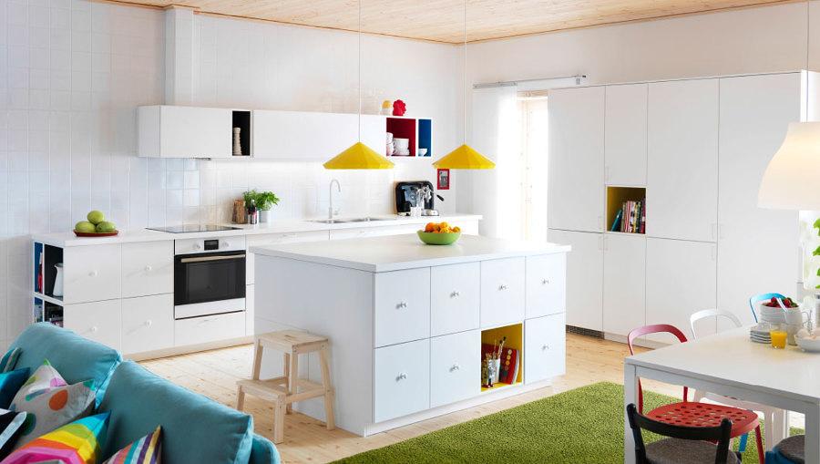Cocina blanca con isla y toques de color