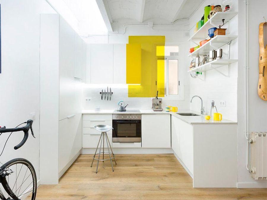 Cocina blanca con toques de color amarillo