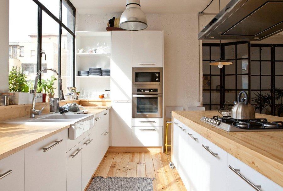 Cocina blanca y de madera con isla