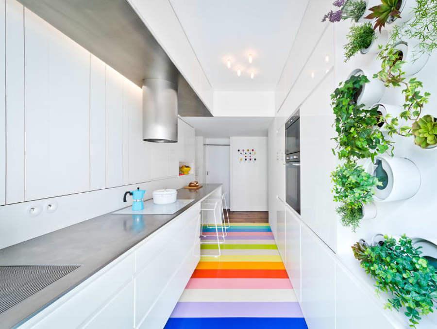 Cocina blanca y metalizada con piso de colores