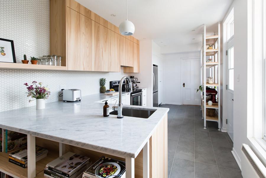 Cocina remodelada con azulejos hexagonales en la pared y piso de piedra