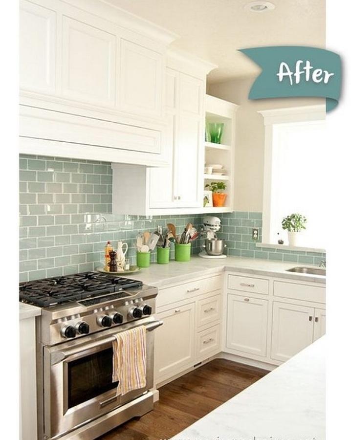 Cocina con muebles blancos y azulejos color verde aqua