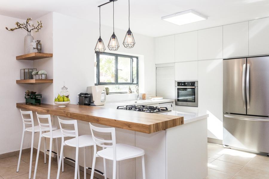 Cocina con barra de madera y luz natural