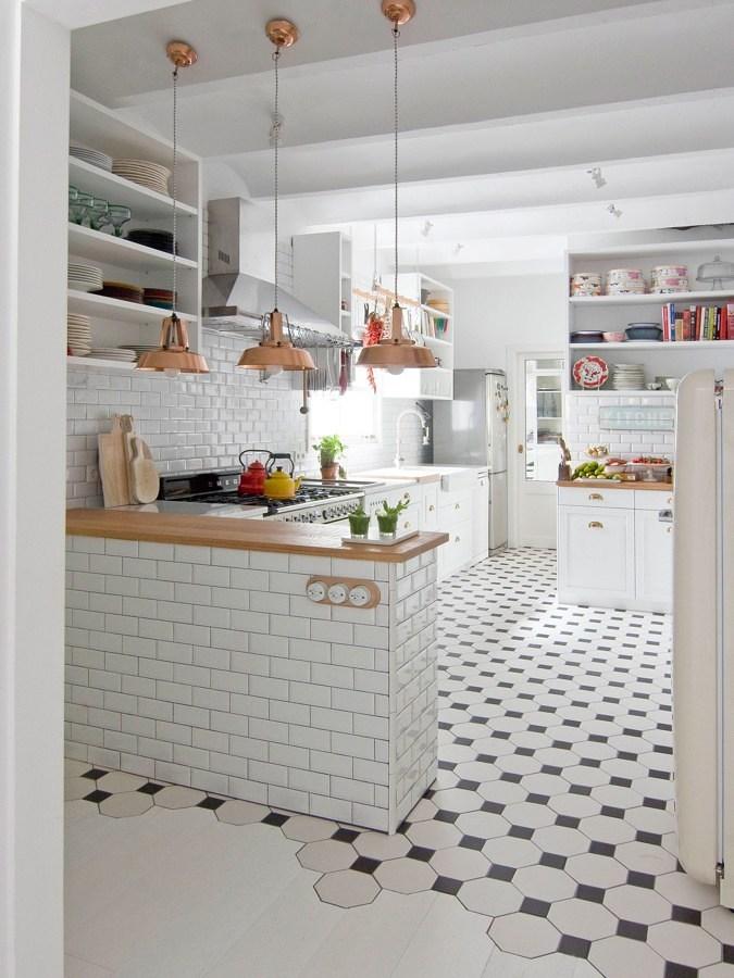 Cocina blanca con detalles en color dorado