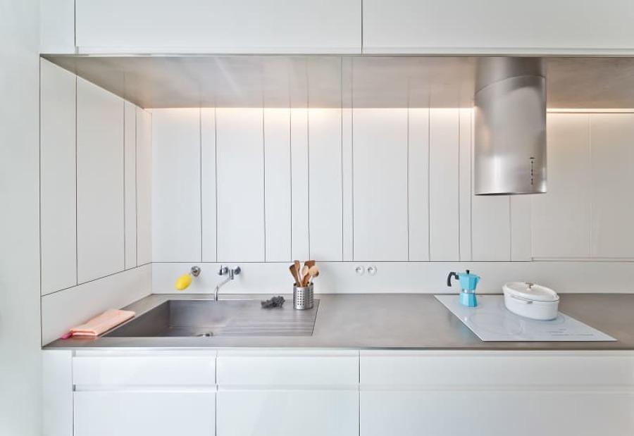 Barra de cocina con fregadero y campana extractora