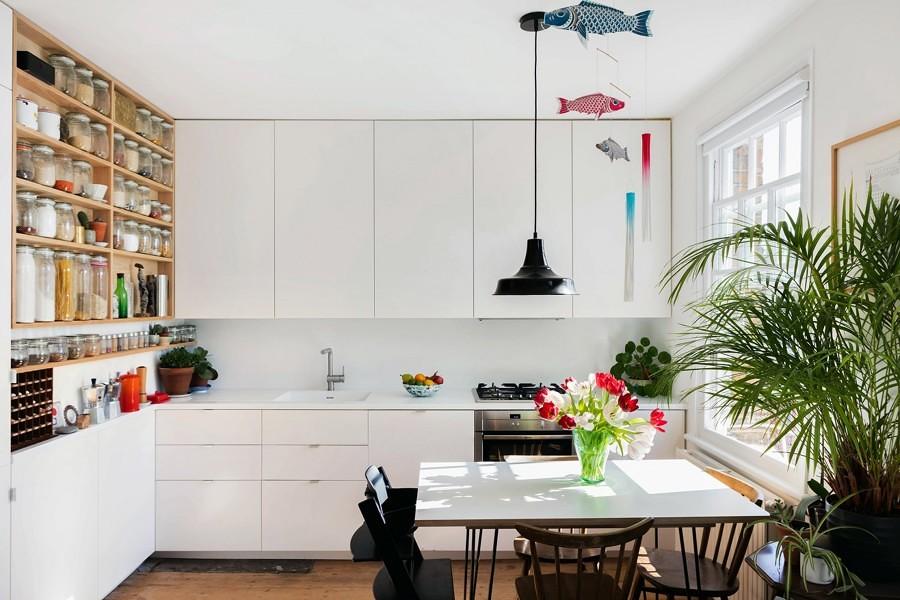 Foto cocina blanca con estanter a de madera 260348 - Estanterias para cocinas ...