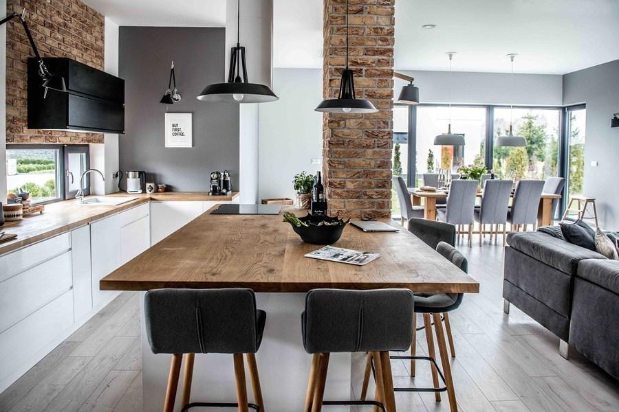 cocina abierta con isla de madera