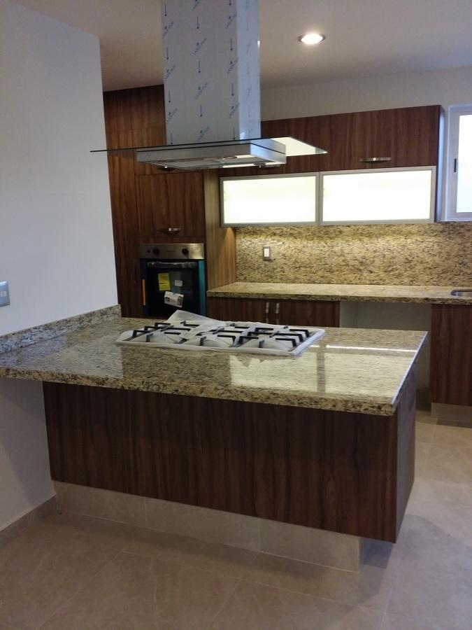 Foto cocina con isla con cubiertas de granito de conlaf for Cubiertas de granito