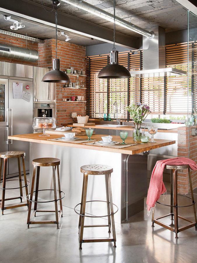 Cocina de estilo industrial con isla