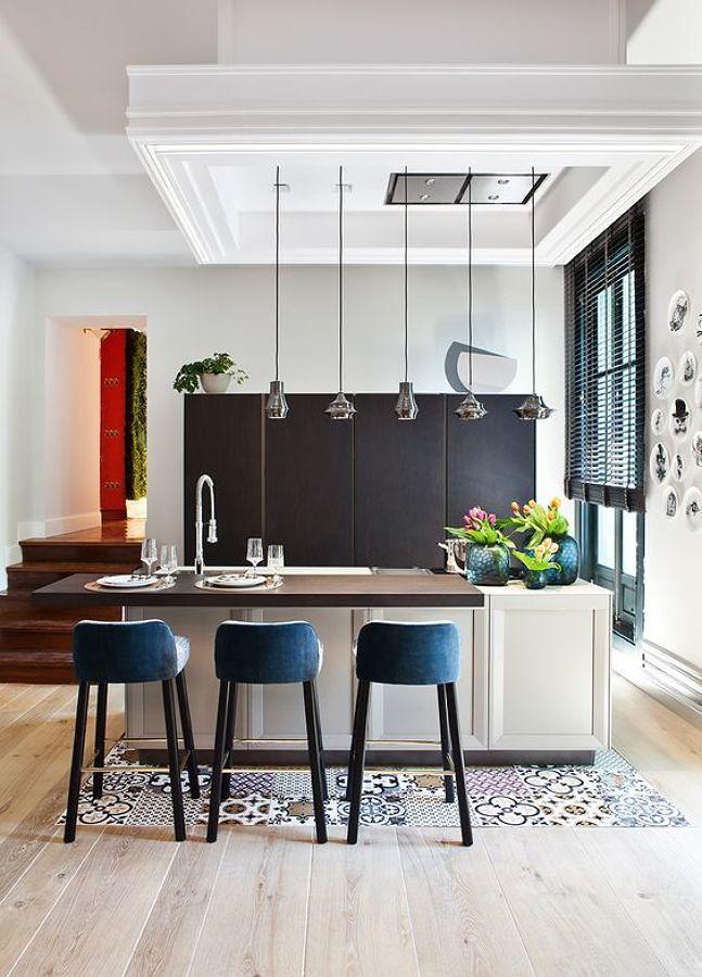 Cocina con mobiliario en negro y blanco