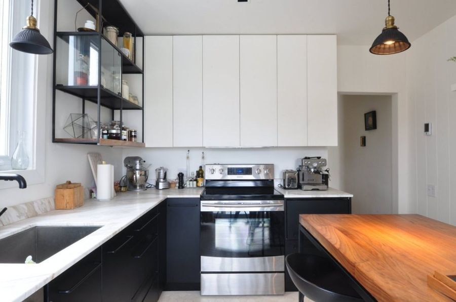 Cocina remodelada en blanco y negro