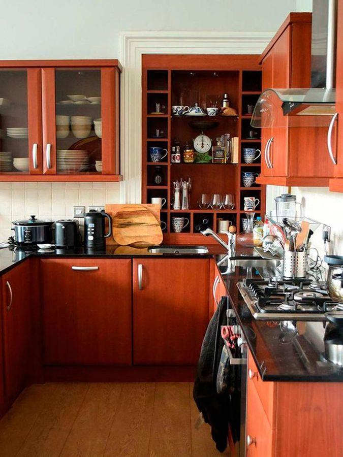 Cocina con muebles de madera y mucho almacenaje
