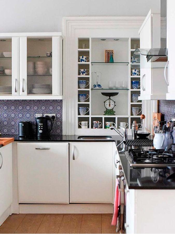 Cocina con muebles pintados en blanco y mucho almacenaje