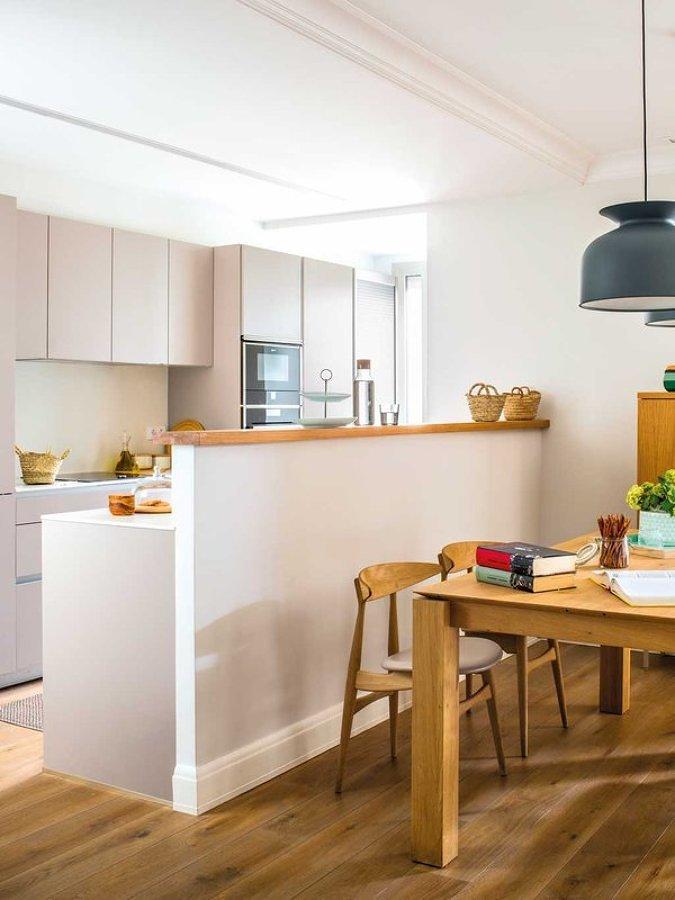 Cocina semiabierta con muro separador