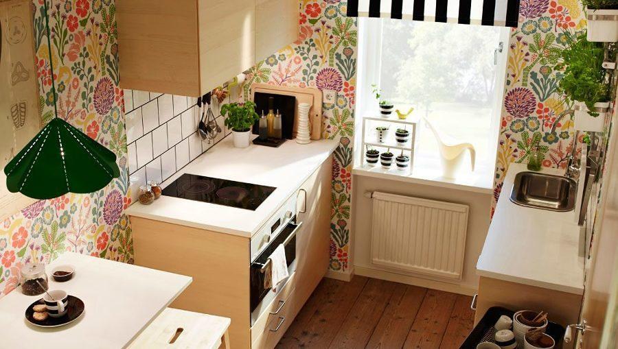 Cocina con papel tapiz floral