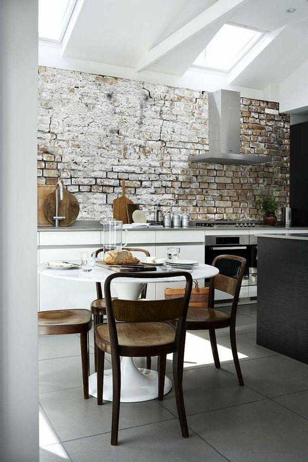 Cocina con papel tapiz imitación ladrillo en la pared