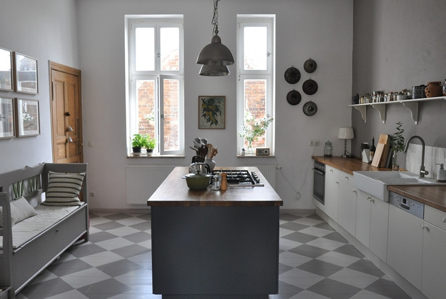 Cocina remodelada con pared gris e isla en el centro