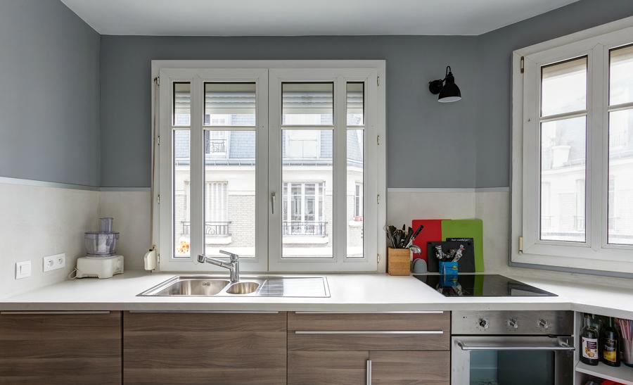 Cocina decorada con pared gris