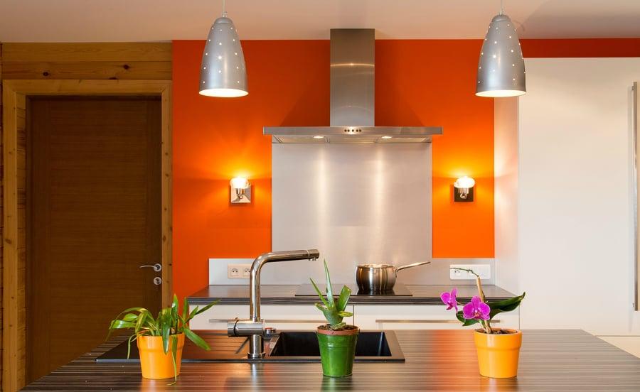 Cocina decorada con pared naranja