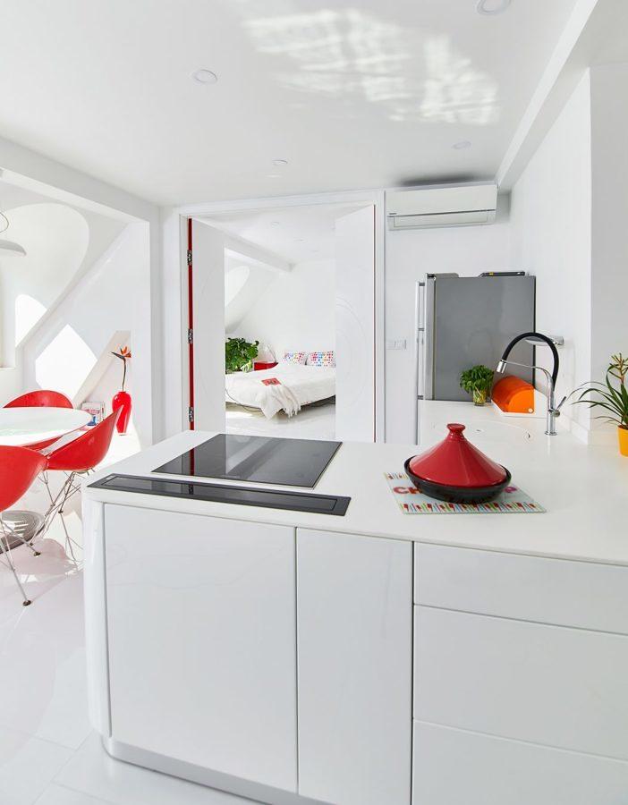 Cocina blanca con puertas batientes