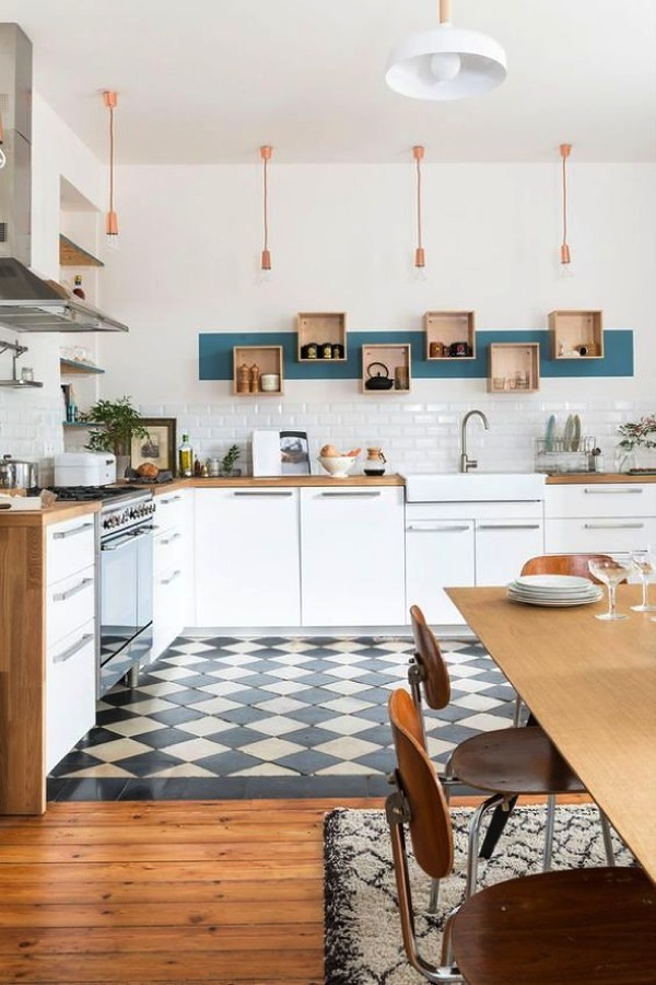 Cocina estilo nórdico con lámparas colgantes