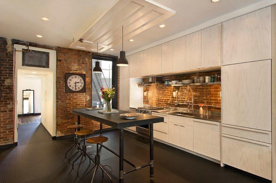 Cocina con piso de caucho y paredes de ladrillo