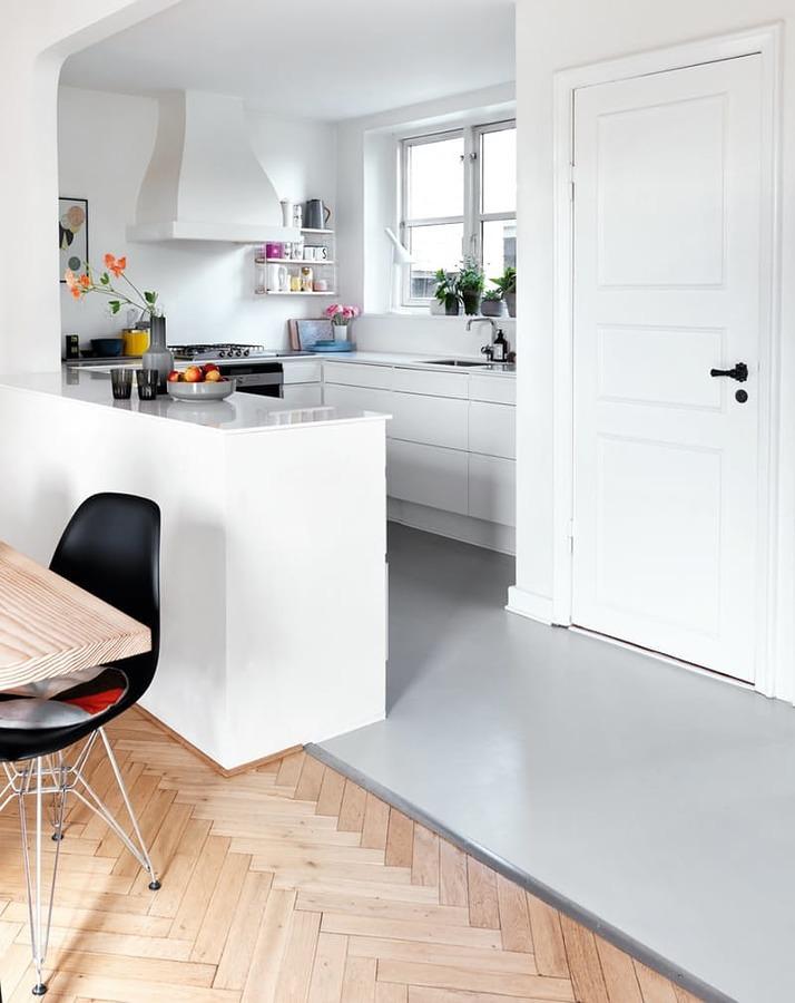 Foto cocina con piso vin lico 215428 habitissimo for Cocinas para pisos pequenos