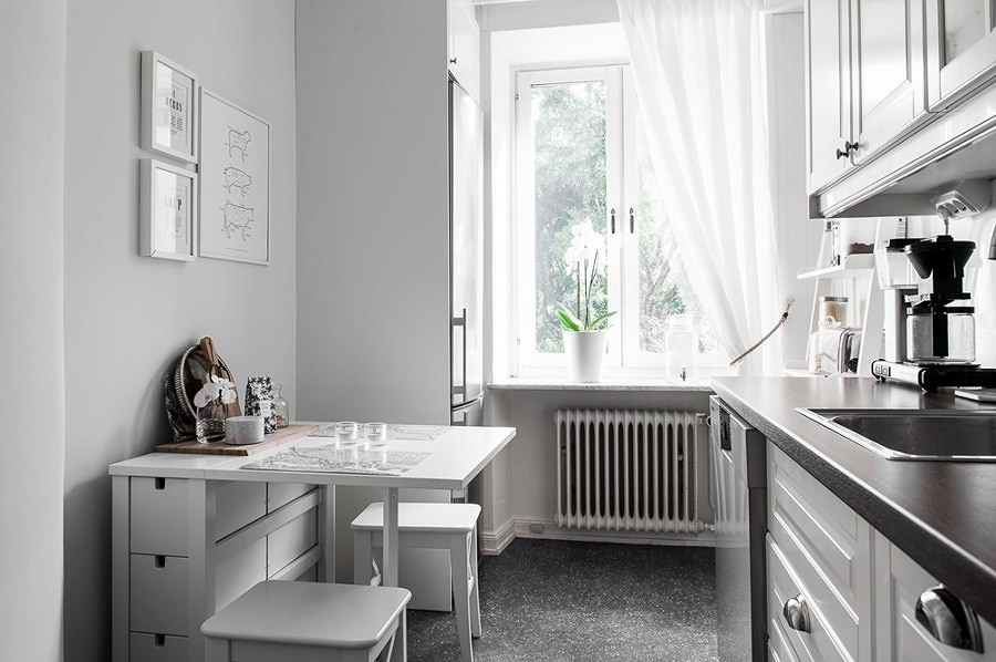 Cocina con comedor y ventana de madera