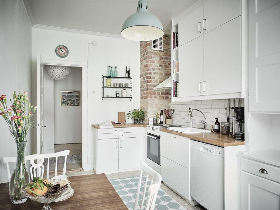 Cocina de estilo nórdico con barra de madera