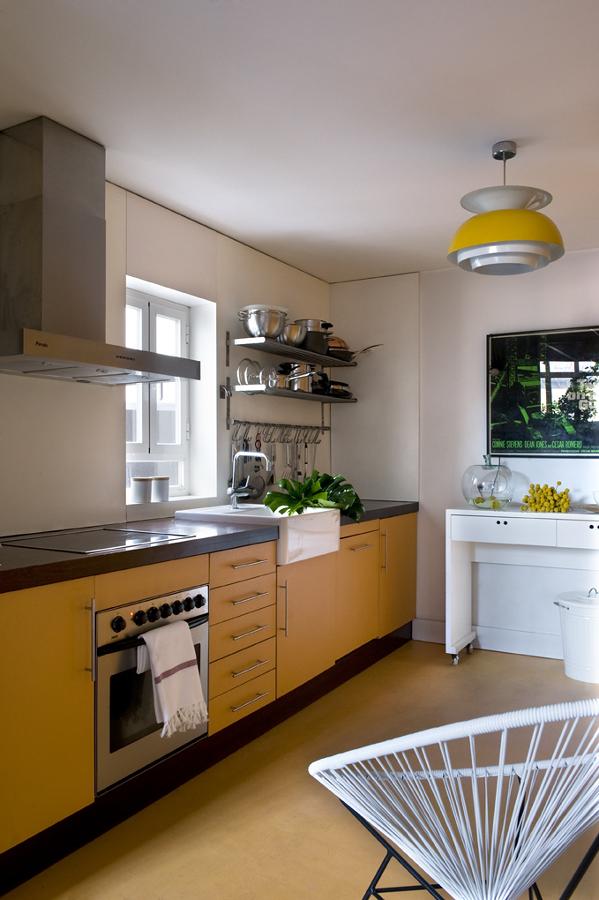 Cocina con luz natural y tonos amarillos