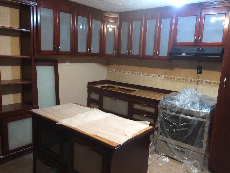 Cocina de madera tono color bino con vidrio satinado