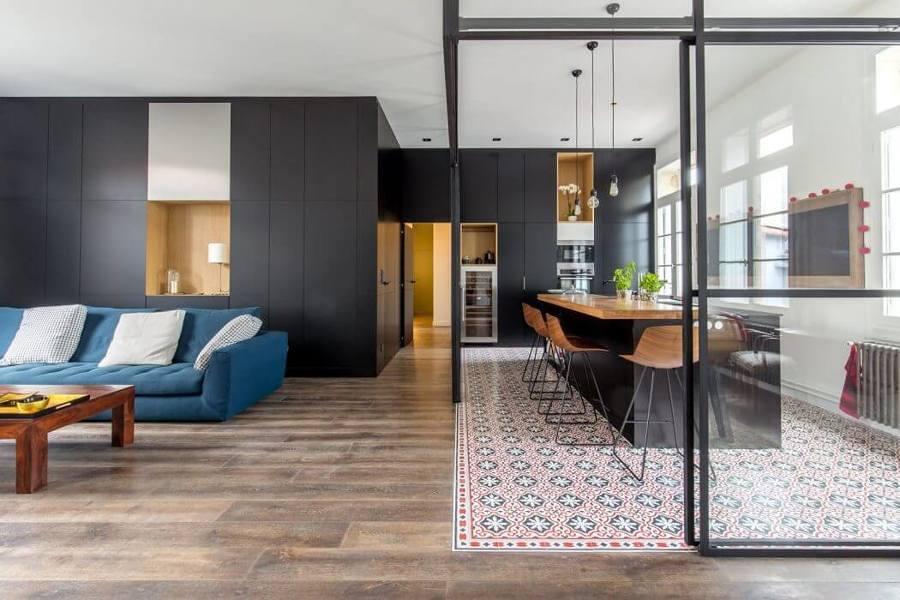 Cocina con piso hidráulico y cerramiento de vidrio